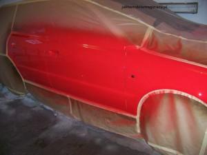 Lakier bazowy pokryty lakierem bezbarwnym.