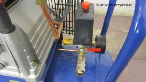 Presostat 7 - 10 bar. Zawór bezpieczeństwa. Manometr ogólnego ciśnienia w zbiorniku oraz szybkozłączka z zaworem kulowym.