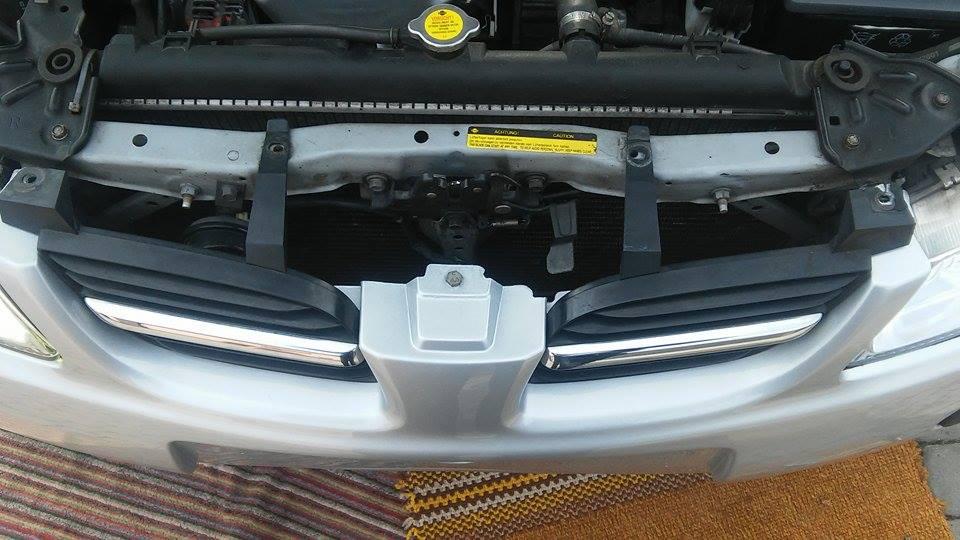 Demontaż zderzaka przedniego - Nissan Almera.