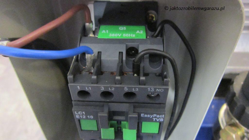 Stycznik sterowania zasilaniem kompresora